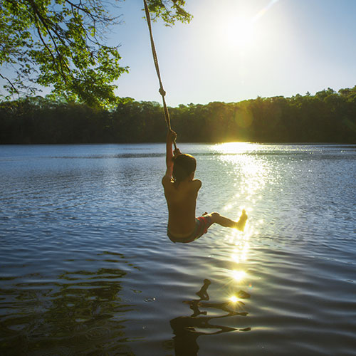 pojke i lian över vatten