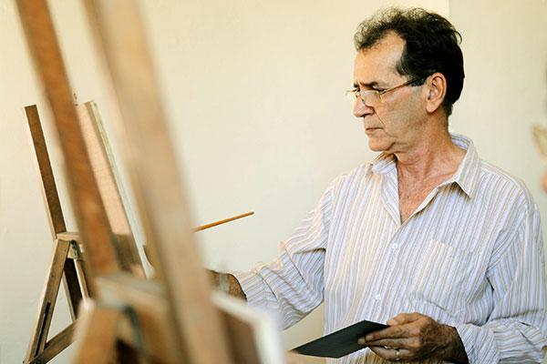 Man målar tavla